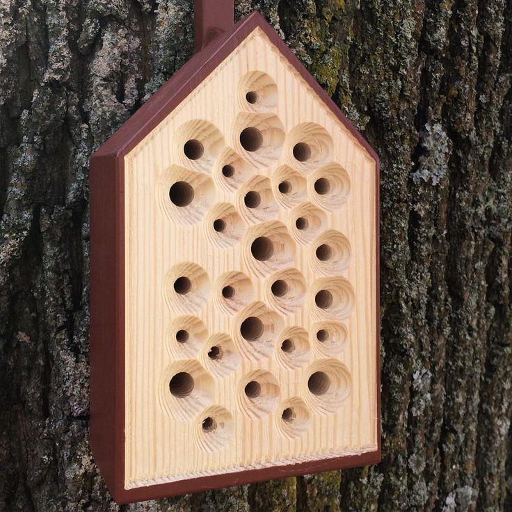 """Bihotellet BiBo hjälper utrotningshotade solitärbin att överleva vintern på ett tryggt sätt - och i gengäld pollinerar bina din trädgård eller balkong och får den att blomstra! Solitärbin är ofarliga för oss människor då deras gaddar är för svaga för att tränga igenom vår hud. """"När jag formgav BiBo bihotell så kände jag till att bin är hotade över hela världen. Under min research fick jag reda på att var tredje art bin i Sverige är rödlistade och att flera arter redan dött ut."""