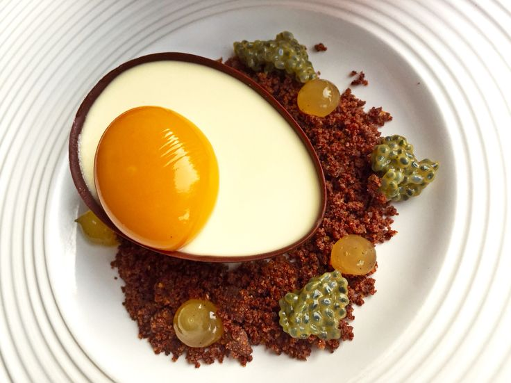 White chocolate panna cotta with mango as the yolk is one of the prettiest dessert I've ever met!
