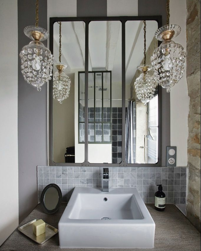 Salle de bain rétro, I love these small crystal chandeliers with the industrial big mirror as a backdrop / Le journal de la Maison
