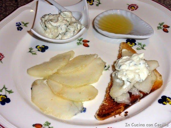 Pere e formaggio con crostini tostati al miele