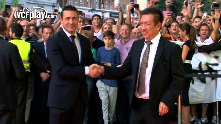 Peter Lim llega a Mestalla aclamado por la afición del Valencia CF