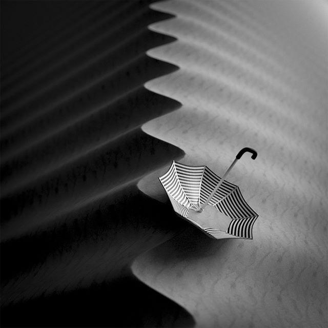 Umbrella/sateenvarjo dyyneillä #umbrella #sateenvarjo #dyyni #hiekkadyyni #mustavalkoinen #b&w #bw #Jason65kuutio #art #aavikko #desert #dune #sand #hiekka