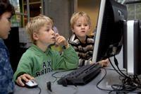 Dossier Mediaopvoeding Het Nederlands Jeugdinstituut   Televisie, internet en andere media spelen een steeds grotere rol in de ontwikkeling van kinderen en jongeren. Media kunnen het leren ondersteunen, maar ook risico's met zich meebrengen. Begeleiding door ouders of verzorgers is daarom van groot belang, zodat kinderen leren om bewust om te gaan met de media.