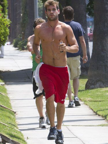 We'd give anything to go jogging with Chris Hemsworth!