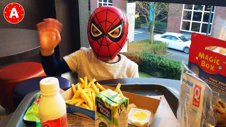 Маленький Мальчик Человек Паук Веселится в Quick LittleBoy Spider-Man Ha...