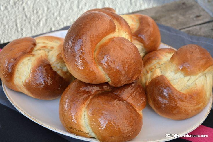 """Colacei pufosi de post pentru pomana, parastas. Numiti si """"japoneze"""", acesti colaci traditionali de casa se impletesc foarte usor, sunt rumeni si pufosi."""