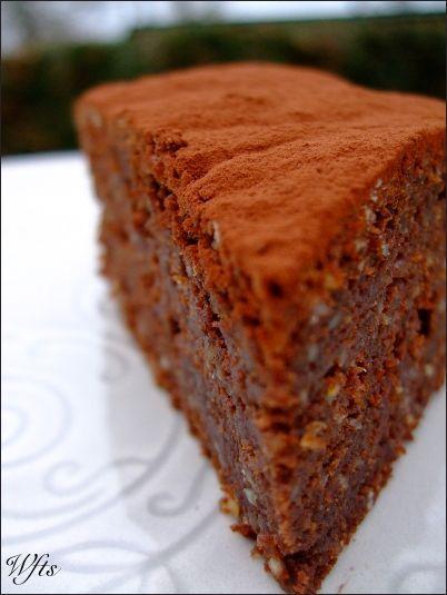 Recette Gâteau chocolat et éclats de pignons de pin : Faire fondre le beurre. Hors du feu, lui ajouter lorsqu'il est fondu, le chocolat cassé en morceaux. Laisser reposer 10 minutes avec un couvercle, puis mélanger au fouet pour le faire fondre complètement.Mixer finement les pignons.Allumer le...