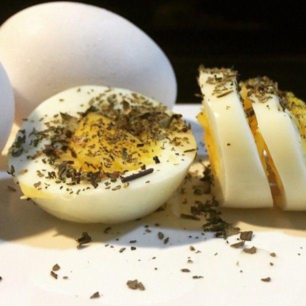 ✅ ABC - Você sabia que da para fazer ovos cozidos no Airfryer?  Como fazer: Coloque os ovos na cesta, com a temperatura 120º e o tempo entre 13 e 15 minutos conforme o ponto que gosta. Eu gosto dele cozido mas não tão duro e utilizo 13 minutos.  Ovo cozido é tão bom que até puro fica . Eu sirvo com pimenta do reino, algumas ervas e sal a gosto.  Abraços  @chefairfryer  Marque os amigos!  #airfryer #chefairfryer #ovo #abc #receita #cozinha #ovocozido