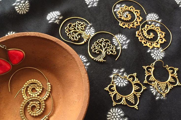 インドのクラシックな渦巻きピアス 街中では圧倒的にフック式のものが多いけど このどことなく古めかしくインドらしい渦巻きデザインのものが好きで集めてる 毎日オシャレなインドの女性を見ていると 刺激を受けてしまうんだなぁ  ゴールドは似合わないと思っていたし だからシルバーやカラフルなものをつけていたけど なんだかゴールドが似合う気が ブラス製のハンドメイド一部ってところが また好きな理由のひとつ   picなどご興味あれば気軽にください . . #india #life #travel #lifeinindia #scenery #jewelry #brass #retro #earring #treeoflife #インド #インド暮らし #暮らし #インドの日常 #ピアス #レトロ #旅 #真鍮