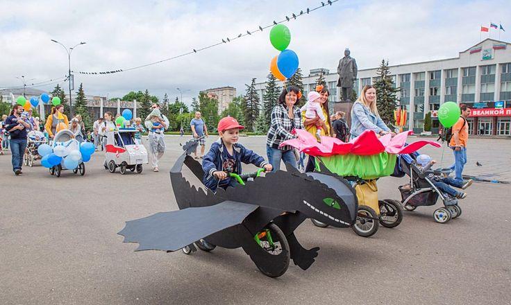 В Одинцово пройдет парад мамочек с колясками  Ежегодный парад колясок на центральной площади Одинцово состоится 4 июня 2016 года. Родители с креативно украшенными детскими колясками пройдут торжественным шествием вокруг «баранки».   Для участия всем желающим необходимо превратить коляску или велосипед в арт-объект и соответствовать выбранной тематике. Самый главный приз за лучшее оформление - поездка в Дом Отдыха.   Параллельно на главной площади города развернутся «мама-маркет»—hand made…