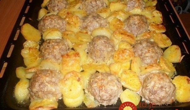 Skvelá večera z jedného plechu: Mäsový ježkovia so zemiakmi a syrom!