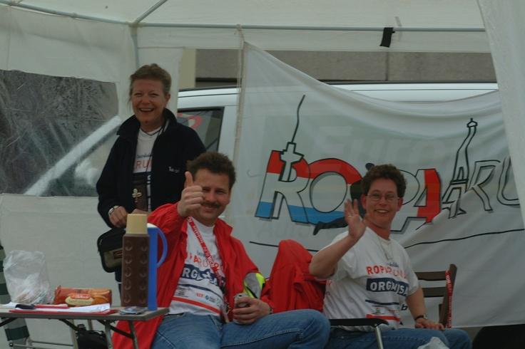 Ook in 2002 waren de Roparun vrijwilligers vol enthousiasme op de checkpoints aan het werk.
