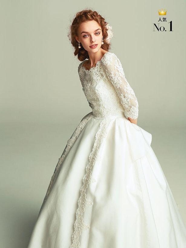 繊細なレースが花嫁を優しく上品に包み込んで  レースのロングスリーブが凜とした美しさを放つ一着。ボリュームのあるスカートで愛らしさもプラスし...