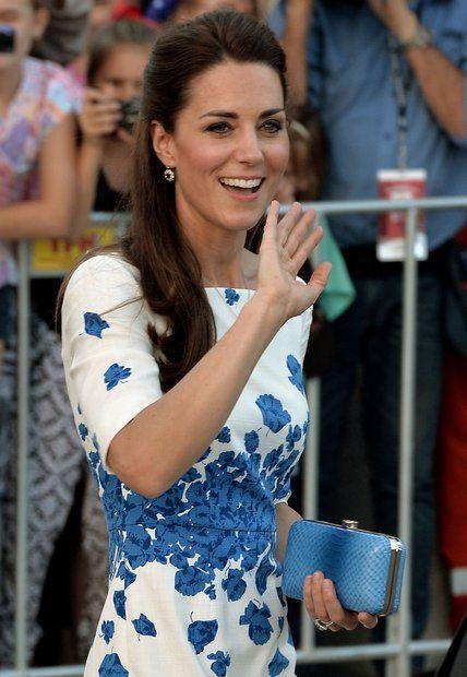"""Herzogin Catherine: Herzogin Catherine bringt nach Brisbane (Australien) auch eine blaue Clutch eines australischen Labels (Oroton) mit. Es ist das Modell """"Odeion""""."""