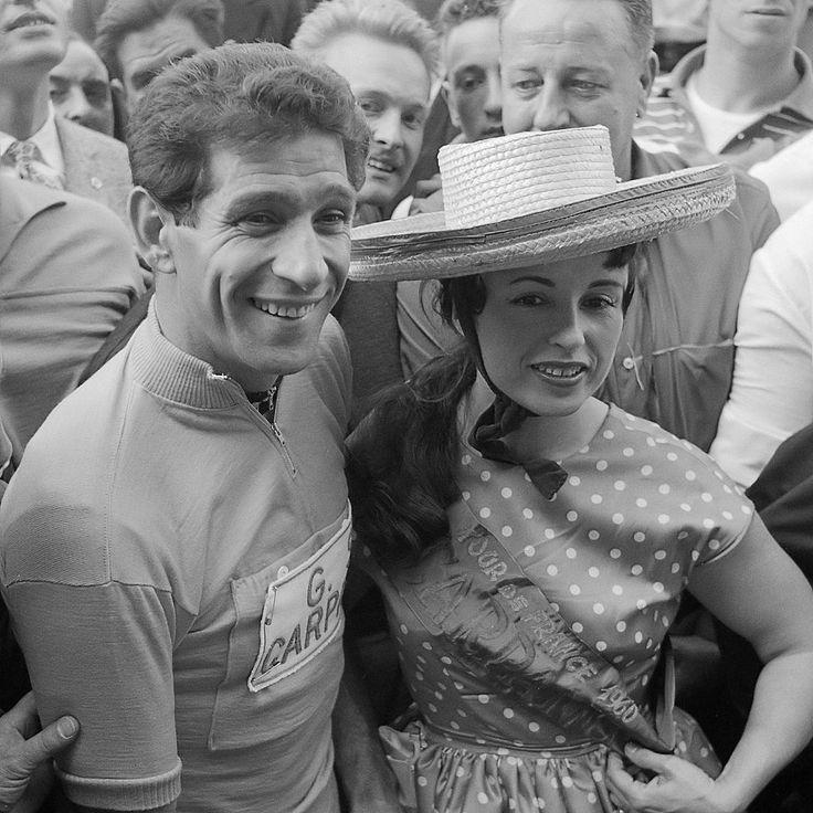 Tour de France 1960. 17-07-1960, 21^Tappa. Troyes - Parigi. Il vincitore del Tour Gastone Nencini (1930-1980) ritratto insieme con la cantante Yvette Horner (1922)
