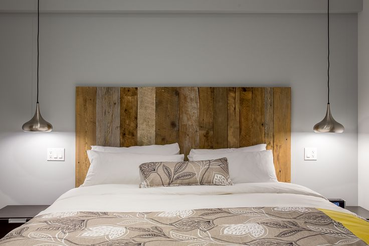 Rustic wooden headboard. New decor of the suites at Auberge Lac-Brome.
