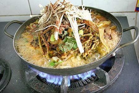 東大門カムジャタン通り | グルメ・レストラン-ソウルナビ カムジャタンとは?!    豚の骨の中でもしっぽと背骨を長時間ぐつぐつ煮込んだスープをベースに粉唐辛子とゴマ、ニンニクでピリッと辛みのあるコクスープを作り、それにネギやエゴマの葉、ぶつ切りのジャガイモ(韓国語でカムジャ)を入れて煮た鍋のこと。名前のカムジャタンは直訳するとジャガイモ鍋になりますが、メインはスープの染み込んだビックな豚の骨付き肉。骨に薄っすら付いたお肉をホジホジほじくりながら食べるのが地元流。食事にもお酒にも合うし、お酒を飲んだ後に小腹が空いたな?!という時にもぴったりなカルシウム満点のスタミナ料理。