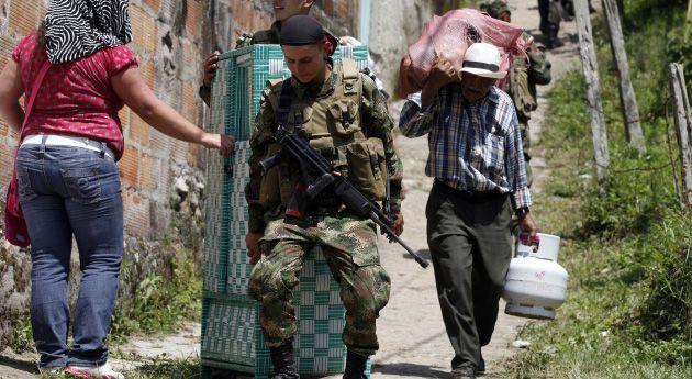 EN COLOMBIA: ¿QUIÉN TIENE EL CONTROL EN MEDELLÍN? En vez de defenderlas, militares y funcionarios de la alcaldía se limitaron a ayudar a 40 familias a salir de sus casas ante las amenazas de los violentos. El caso, que no es único, desató un fuerte debate sobre quién manda en ciertas zonas de Medellín.