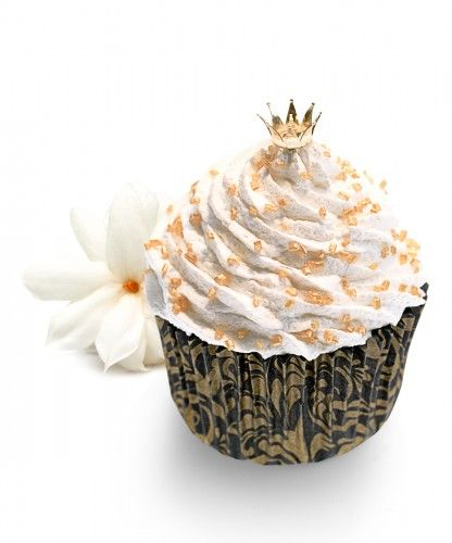 The fragrance inspired by love and romance.  The golden crown soap cupcake is based on amazing top notes of strawberry leaves and green mandarin, that leads you to a fruity, floral heart of violet and pink jasmine on a sensual base of fresh musk, patchouli and crystal amber. It is created with this perfection… the ideal soap for  a very special person.