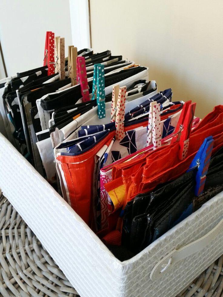 Se servir des pinces a linges customiser pour ranger les sacs de courses proprement. On plié le sac et on l'attache avec la pince.