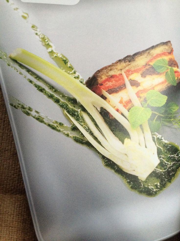 Terrine van zomergroenten - recept van Dick Middelweerd / De Treeswijkhoeve - ingrediënten: pomidori, aubergine, olijfolie, rode paprika, courgette, gelatine, zachte geitenkaas, venkel, verse dragon, munt, peterselie, basilicum