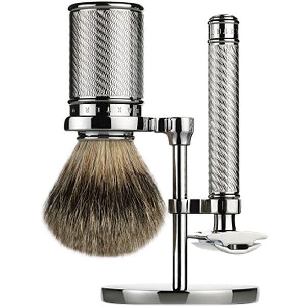 Ensemble de rasage traditionnel au look moderne de Baxter.  Les poignées du rasoir et du blaireau sont en laiton plaqué de nickel et ensuite de chrome pour un...