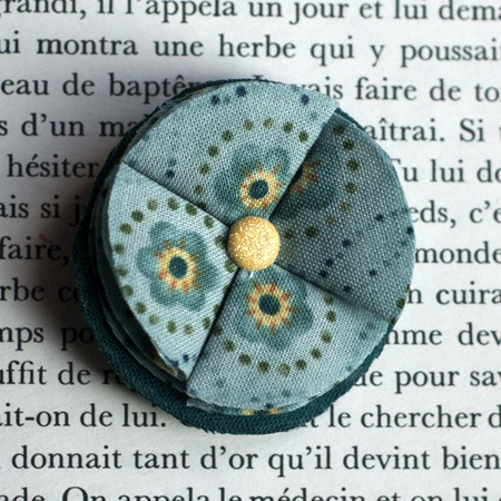 "1.7"" Fabric brooch 'A Petit Pas' - $13.30  #broche #brooch #tissu #fabric #peachbanana"