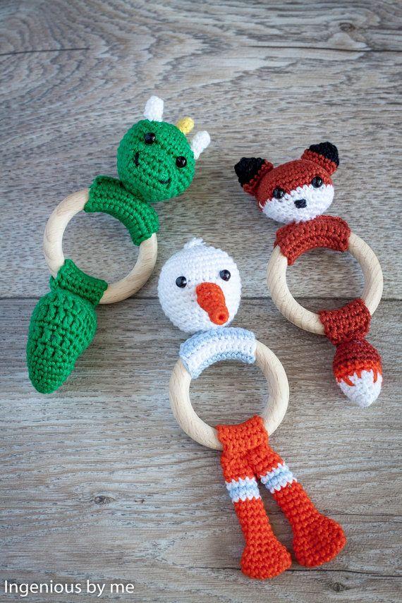 Baby Rattle Crochet Pattern - Drake Dragon Teething Rattle Ring Crochet door IngeniousByMe