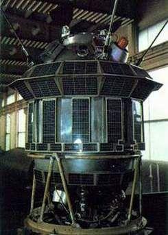 АМС «Луна-3» впервые сфотографировала обратную сторону Луны. 4 октября 1957 года первый искусственный спутник, запущенный с советского космодрома Байконур, вышел на околоземную орбиту. В истории человечества началась новая – космическая – эра. Через месяц космический корабль впервые доставил на орбиту живое существо – собаку Лайку. В феврале 1958 свой первый спутник запустили Соединенные Штаты Америки. В конце пятидесятых годов начались интенсивные исследования космического пространства.