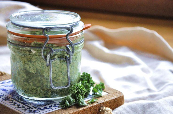 (na 1 słoik) Składniki: 3 szklanki jarmużu 1 ząbek czosnku 3/4 szklanki orzechów nerkowca i pestek dyni 5 łyżek oliwy sok z cytryny sól , pieprz …