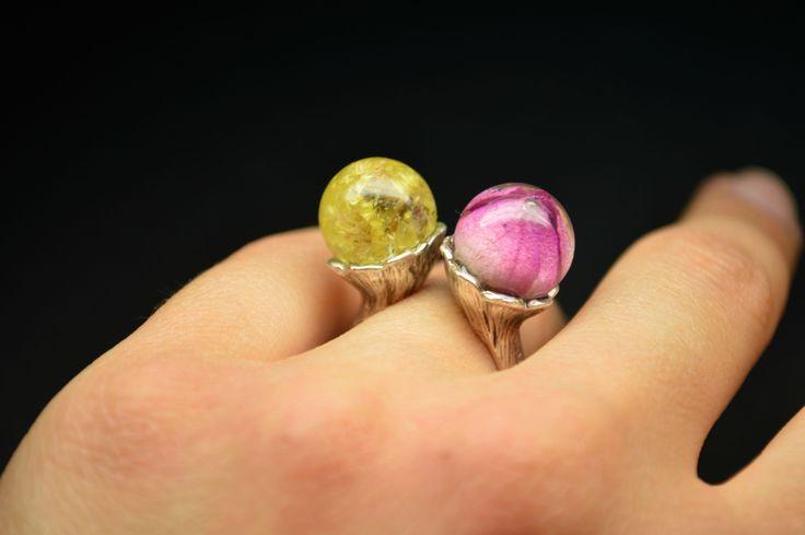 Dvojitý+prsten+Originálný+dvojitý+prsten+je+vyroben+zeslaměnkovych+květůa+růže.+Materiál+je+zalitý+křišťálovou+pryskyřicí.+Kovové+komponenty+jsouz+bižuterního+kovu.+*+Průměr+je+1,2+cm.+*+Velikost+prstenu+je+nastavitelná.+Vaší+objednávku+zdarma+zabalím+do+přírodní+krabičky.+Už+se+nemusíte+starat+jak+dárek+zabalit.+Šperky+jsou+ručně+vyrobené+s+láskou+a...