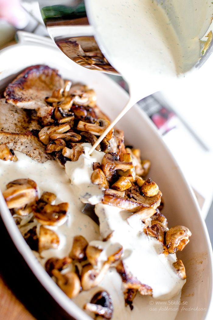 Jag tänkte jag skulle dela med mig av detta receptet, såååååå gott var det! Bra till många – enkelt men med massor av smak! Vi äter sällan fläskkött här hemma men just kotletter och fläskfilé tillhör favoriterna. Först stekte jag upp fjärilskotletter och svamp och lade i gratängform. Sedan ska den goooooda såsen på! Yum, […]