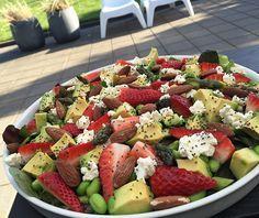 Sommersalat m. friske asparges, avocado & jordbær