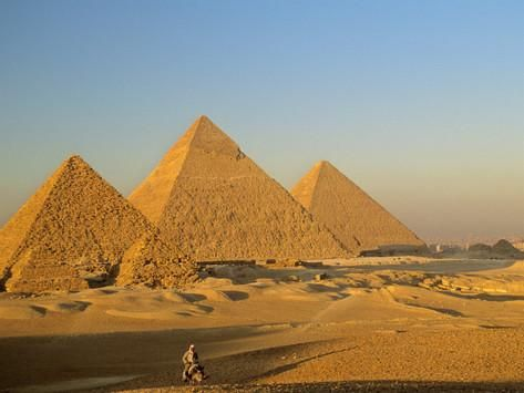 PIRAMIDES DE GUIZA cerca de El Cairo. Delante la de MICERINOS la de menor altura y tres subsidiarias muy pequeñas. En el centro la de KEFREN . Al fondo la edificada por KEOPS la más alta y voluminosa de las tres PIRAMIDES CLASICAS.  Construidas como tumbas funerarias durante la Dinastía IV del Imperio  Antiguo. Hacia el año 2500 a.C. Declaradas Patrimonio de la Humanidad por la Unesco en 1979.  En sus  alrededores se inagurará en el 2019 el Nuevo Museo de Egipto.