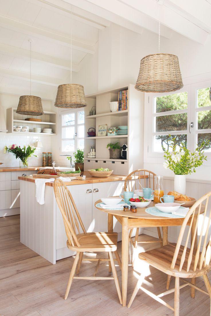 00458422. Cocina rústica con office con mesa redonda en madera y lámparas de fibras 00458422