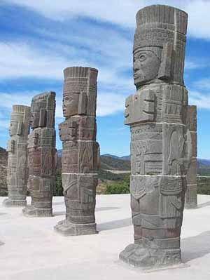 """Atlantes de Tula (ciudad precolombina del Altiplano Central mexicano) Se llama """"atlantes"""" a éstas columnas que representan guerreros portadores de un Atlatl o lanzadardos o estólica, que es un arma propulsora muy utilizada por los pueblos precolombinos mesoamericanos. Cultura Tolteca, período Posclásico Tula, Hidalgo, México."""