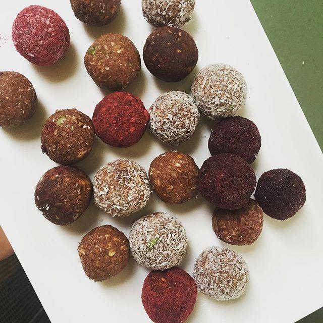 Bolitas de chocolate - 1 1/2 taza de almendras activas - 3/4 taza de pasas rubias - 2 cdas. de chocolate amargo en polvo - 1 cdta. de miel - 1 manzana verde  Cobertura - Polvo de chocolate amargo - Coco rallado - Polvos @nativ_forlife Blueberry y Cranberry  Preparación  1. Activar las almendras ( se puede saltar este paso). 2. Poner todos los ingredientes en una procesadora de alimentos, moler hasta que quede una mezcla pastosa.  3. Envolver la mezcla en alusa y llevar al refrigerador por…