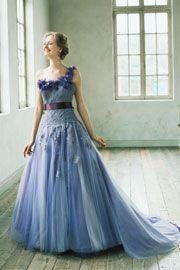 レースのトップスに2色のチュールスカート。落ちついたパープルが大人の花嫁姿を演出。歩く度スカートが異なる表情をみせてくれます。http://dress.novarese.jp/colordress/btnv173.html