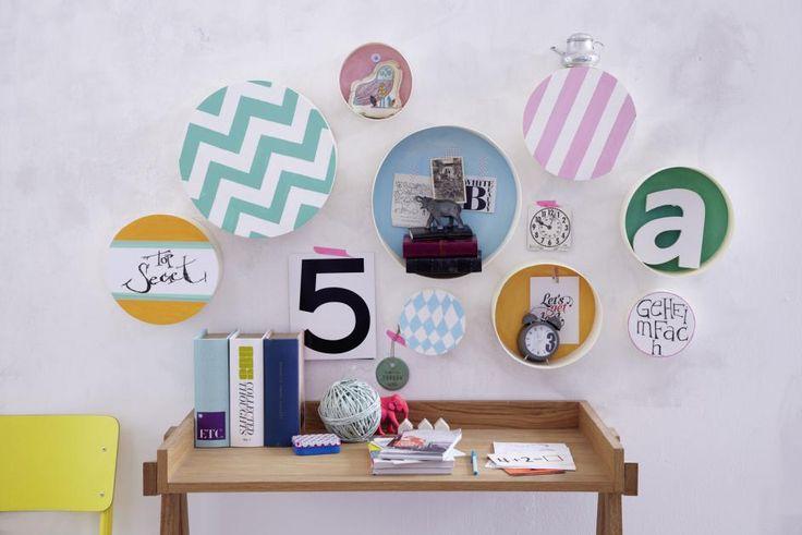 Im August kommt sommerliche Farbe an die Wand! Die bunten Spandosen bieten allerhand Platz für Deko, Fotos und Urlaubserinnerungen.