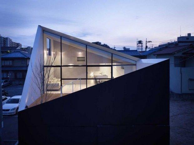 Future Studio a réalisé cette maison il y a quelques années déjà mais le rendu est si réussi, qu'on a décidé de vous la présenter. Située à Hiroshima, Wrap House porte bien son nom, ses murs se referment pour créer une terrasse et un petit jardin à l'étage.  Une coupe en diagonale dans l'enceinte laisse passer la lumière sans compromettre la vie privée. Le bâtiment est construit à partir de bois et vêtu de plaques d'acier galvanisé.