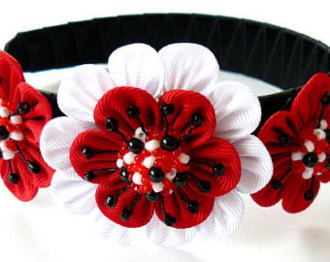A flores se hacen en la técnica del tsumami kanzashi.  Venda plástica está tejida con cinta de raso.  Las flores están hechas de cintas del grosgrain. A petición del cliente se puede hacer una flor de un diferentes combinaciones de color.    Mis trabajos hechos a mano puede ser un regalo único para usted, su familia y amigos!    Para más artículos, por favor visite mi tienda casa:  http://www.etsy.com/shop/JuLVa