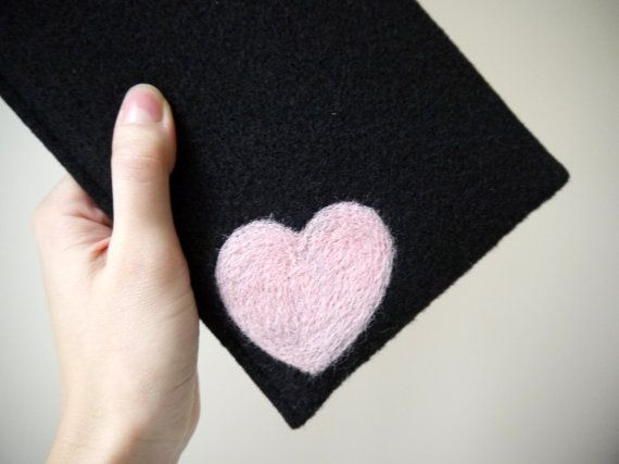 felt kindle cover. handmade kindle paperwhite case. kindle voyage etui with light pink heart. wool ereader case. black amazon kindle cover. dry felting pink heart
