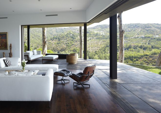 A lift/slide door can have a single track that each panel uses until the panels reach the sides where multiple tracks start. modern living room by Griffin Enright Architects