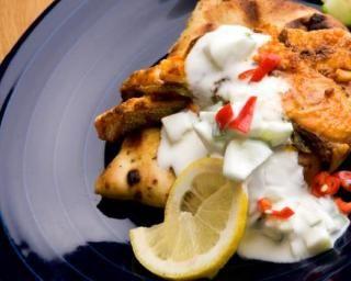 Saumon tandoori à l'Actifry et raïta de concombre, tomate et piment
