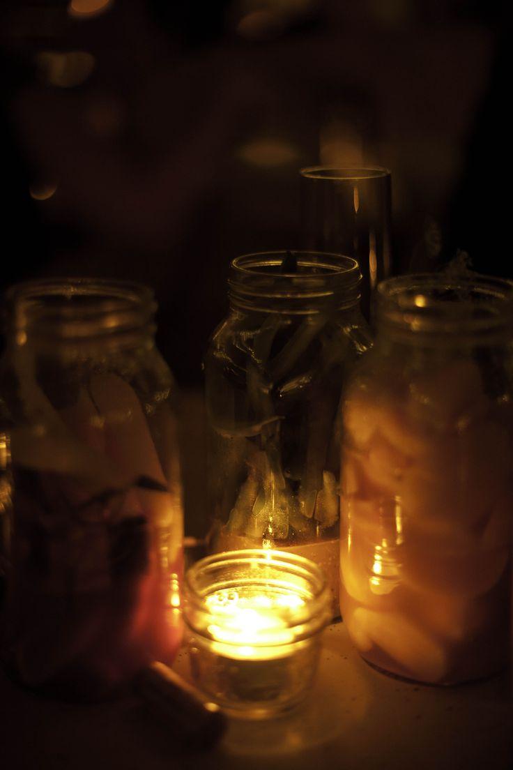 Marinades et accompagnements en pots masson. Partage des plats sur table.