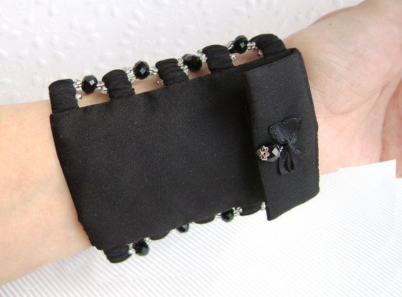 Wide bracelet with a secret. Bracelet purse. por HelgaRasha