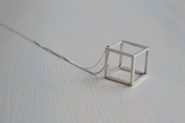 Collana in argento Sterling cubo 3D | Cubo 3D Ciondolo | Collana geometrica di DarteJewellery su Etsy https://www.etsy.com/it/listing/458805184/collana-in-argento-sterling-cubo-3d-cubo