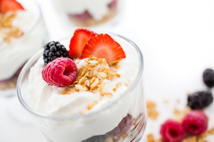 Что приготовить из йогурта. Йогурт это живой продукт: его производят с использованием заквасочных микроорганизмов термофильных стрептококков и болгарской молочнокислой палочки, которые погибают при... - Леди Mail.Ru