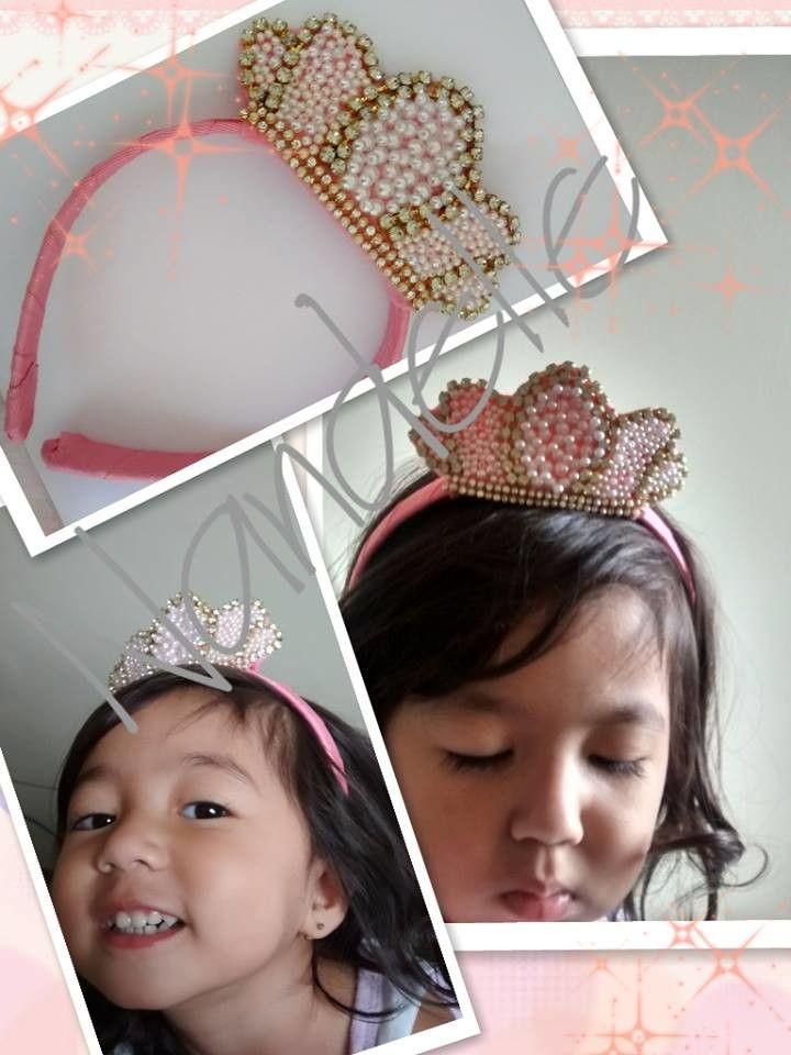 Tiara coroa princesa <br>toda em strass e perolas.. perolas de abs não descasca ..