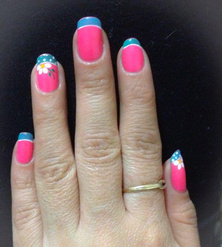 Decorado de las manos flores en azul y rosa